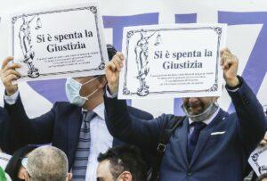 I tribunali non riaprono, avvocato organizzano funerale laico