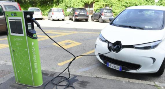Va di moda il sostenibile, cresce la vendita delle auto ibride ed elettriche