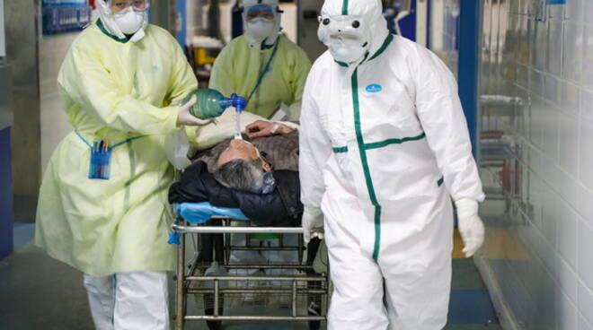 Medici e infermieri a rischio collasso